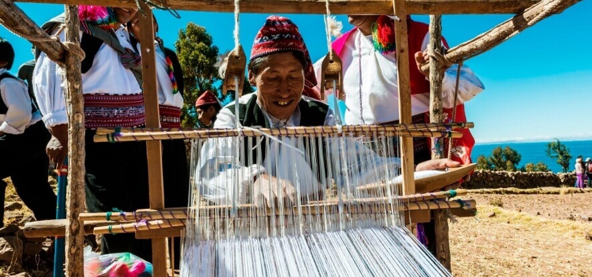 El arte milenario del tejido puneño en Taquile