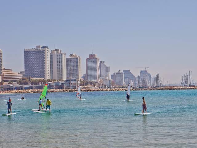 Surf en playas de Tel Aviv