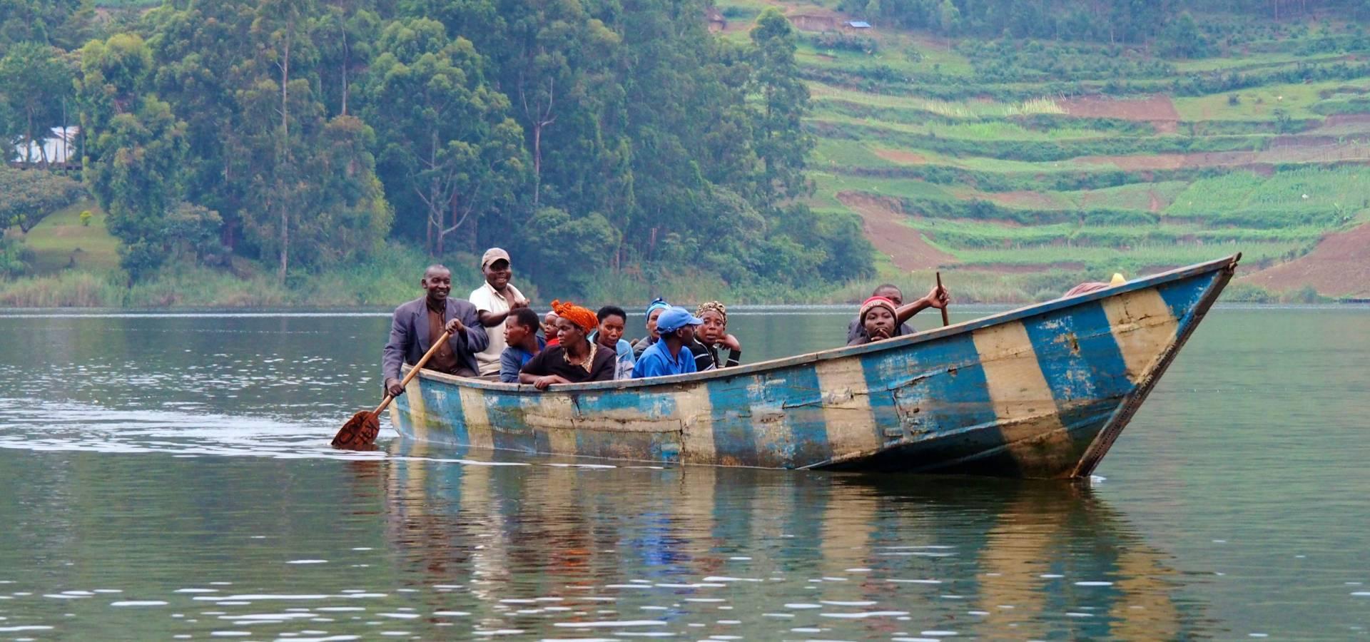 Pasaje en barca por el lago