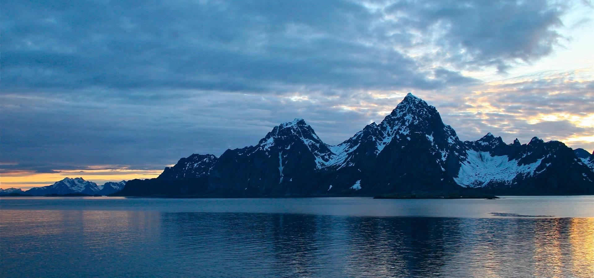 Atardecer lago y montañas